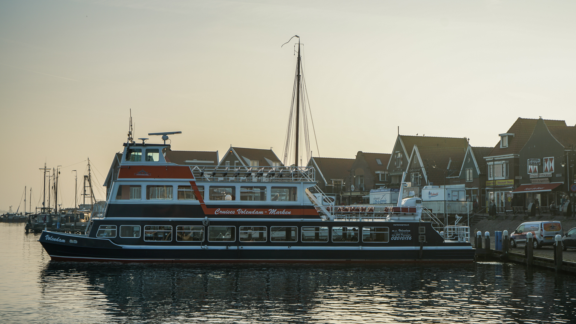 boot in de haven volendam