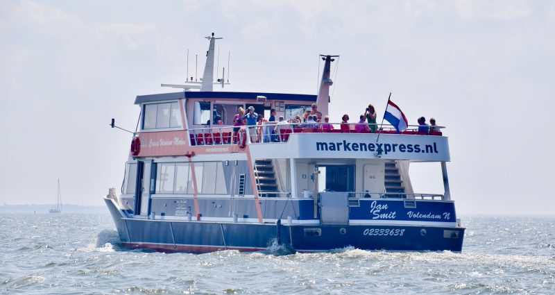 Boot die vaart over de Gouwzee