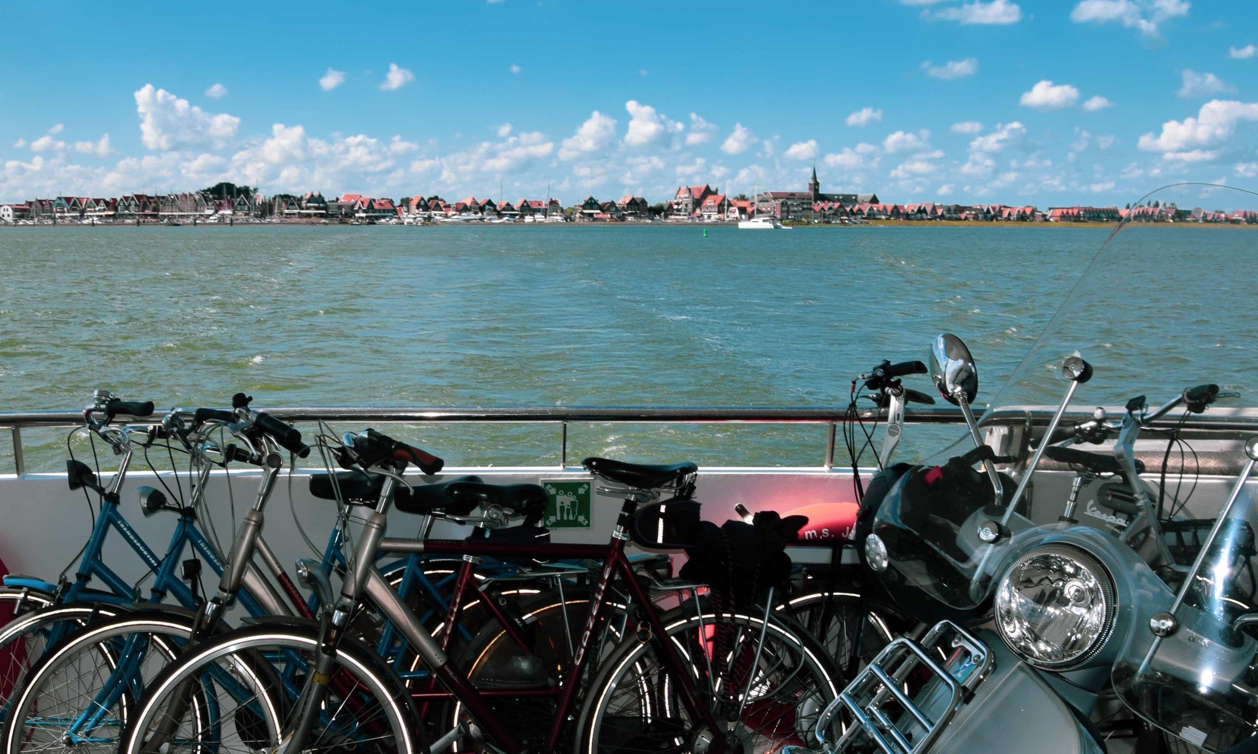fietsen op de boot in volendam