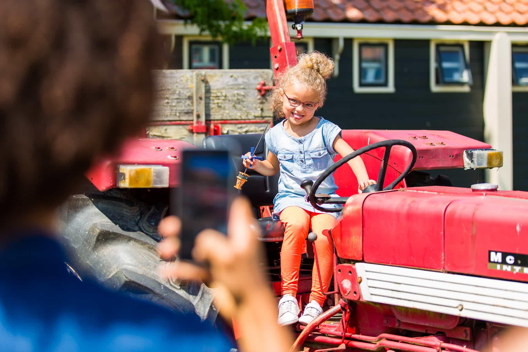 Kind op tractor Marken activiteit